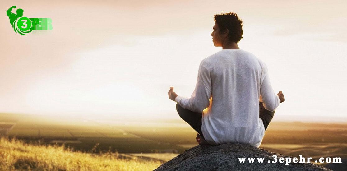 یوگا چه فوایدی دارد ؟ ، مردی که روی زمین چهار زانو نشسته و در حال تمرکز کردن است