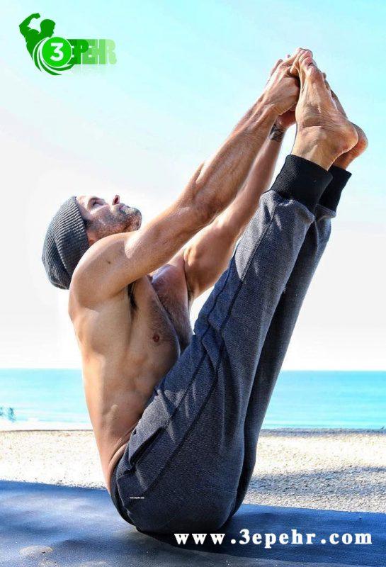 یوگا چه فوایدی دارد ؟ ، مردی که بدن خود را مثل حرف V بالا آورده و جمع کرده