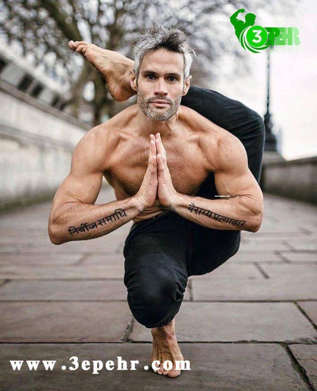 یوگا چه فوایدی دارد ؟ ، مردی که یک پای خود را بالای سر خود آورده است