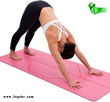 اندازه استاندارد مت یوگا ، خانومی که روی مت یوگا در حال انجام یک حرکت می باشد .